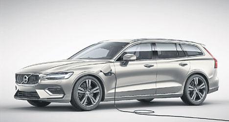 Zum Modelljahr 2020 treibt Volvo die Elektrifizierung des Volvo V60 weiter voran: Dank einer leistungsfähigeren Batterie bietet das Plug-in-Hybridmodell T8 Twin Engine AWD eine auf bis zu 56 Kilometer erhöhte Reichweite im rein elektrischen Betrieb.